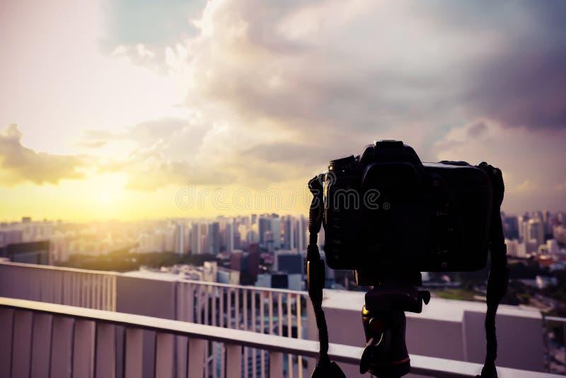 Fucilazione digitale della macchina fotografica di Dslr su un tramonto di paesaggio urbano immagini stock libere da diritti