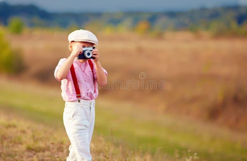 Fucilazione sveglia del bambino con la macchina fotografica della foto di stile vecchio fotografia stock