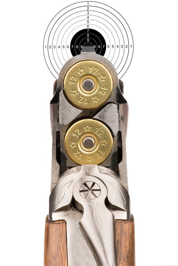 Fucile caricato che tende nell'obiettivo Isolato immagine stock