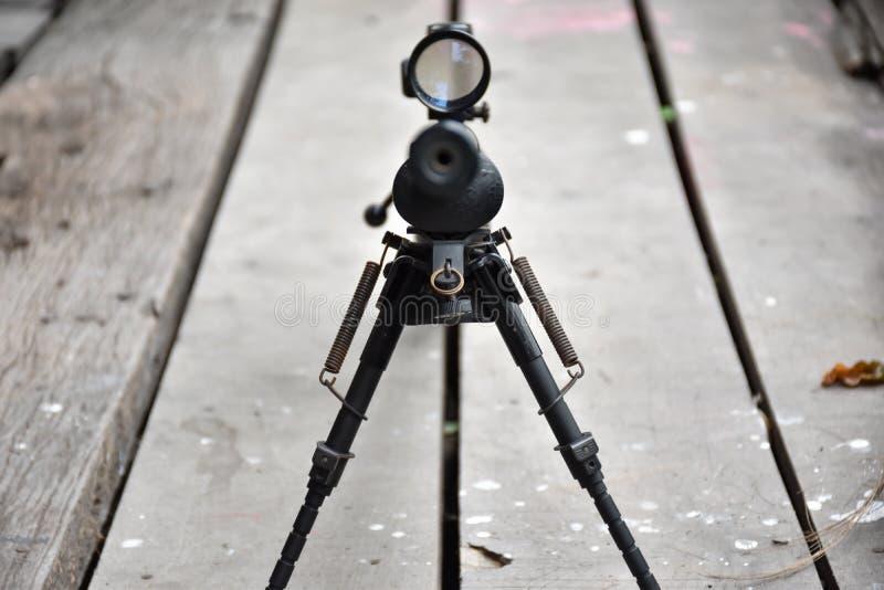Fucile con una portata e un bipod fotografia stock