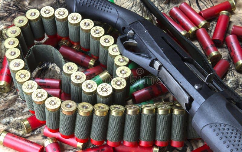 fucile da caccia Semi-automatico, 12 cartucce del fucile da caccia di calibro in bandoliera ed azione delle cartucce rosse e verd fotografia stock libera da diritti