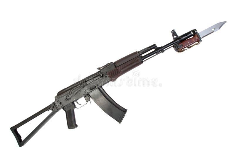 Fucile di assalto aks-74 del Kalashnikov con la baionetta isolata su un fondo bianco immagine stock libera da diritti