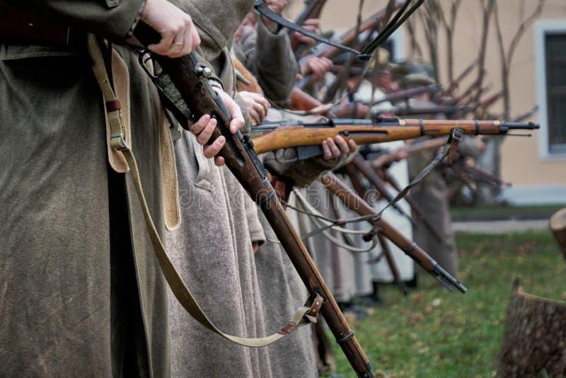 Fucili del controllo dei soldati fotografia stock