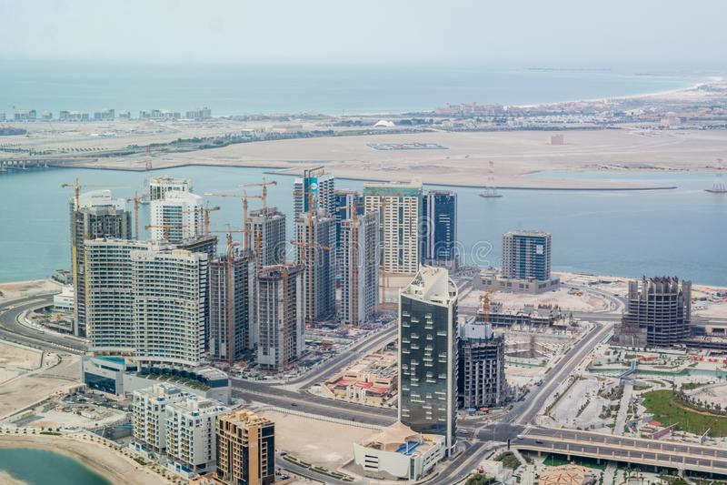 Fuco aereo sparato delle torri e dei grattacieli in costruzione intorno ad Al Reem Island marino, Abu Dhabi fotografia stock
