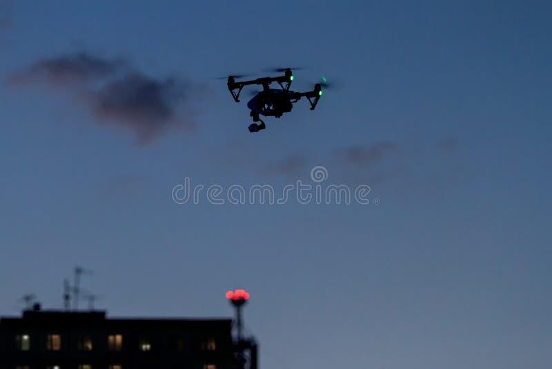 Fuco con un volo della macchina fotografica vicino alla costruzione con le finestre immagini stock