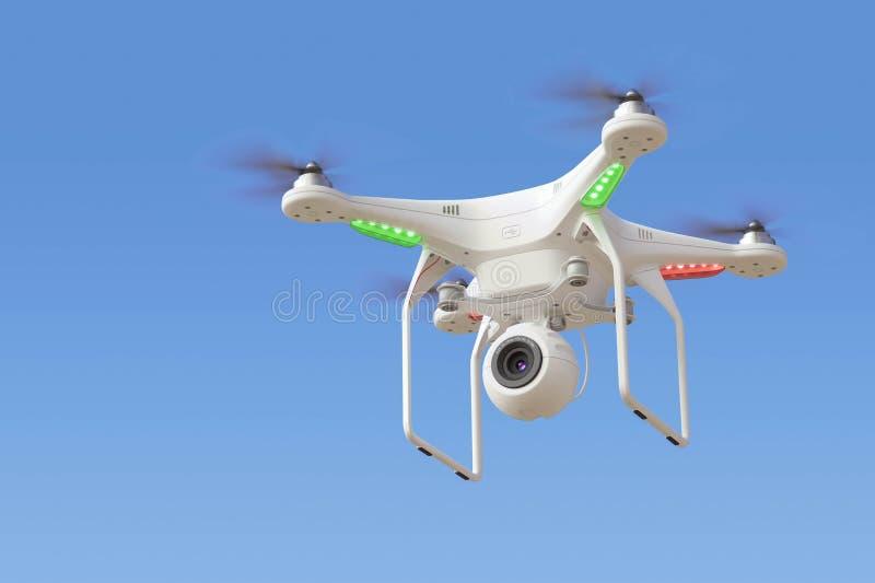 Fuco di Quadcopter con la macchina fotografica in cielo blu royalty illustrazione gratis
