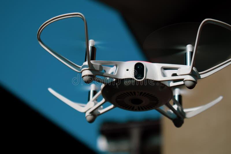 Fuco di Quadcopter in volo con la macchina fotografica digitale fotografia stock libera da diritti