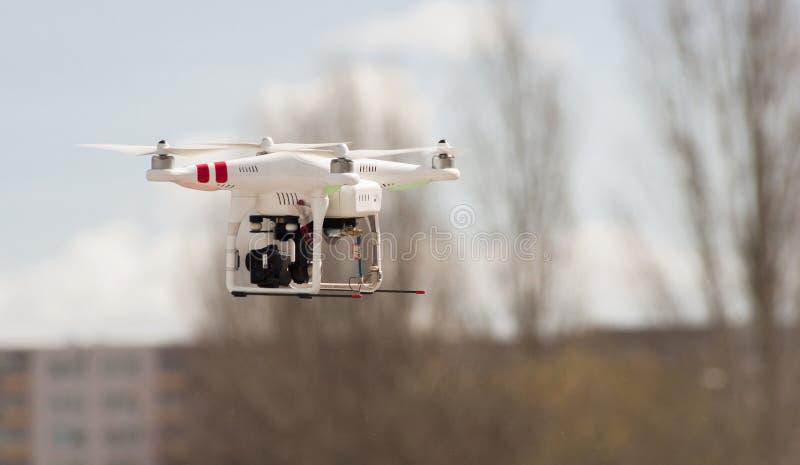 Fuco moderno/Quadcopter di RC con il volo della macchina fotografica sul cielo fotografia stock