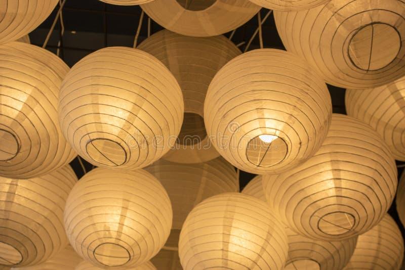 Fue filmado dentro del restaurante Lámparas de papel en color amarillo There' s más de uno imagen de archivo libre de regalías