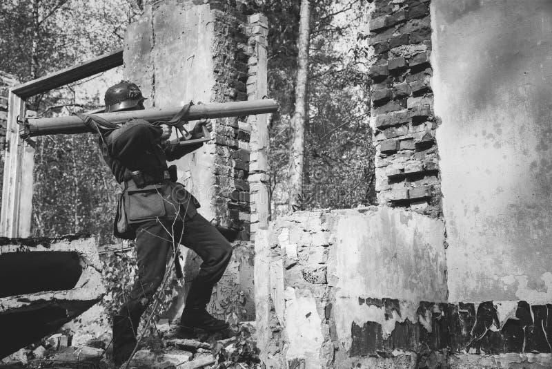 Fuego abierto de In World War II alemán del soldado de la infantería de Wehrmacht de fotos de archivo libres de regalías