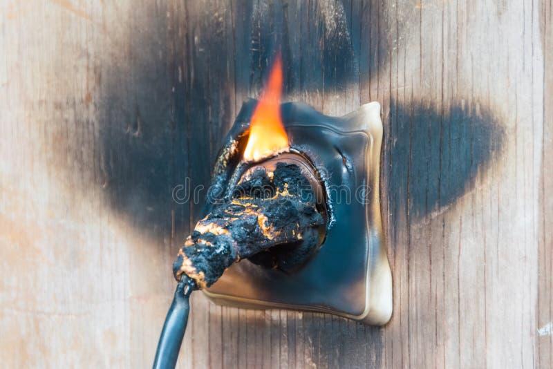 Fuego, alambre en fuego y humo foto de archivo