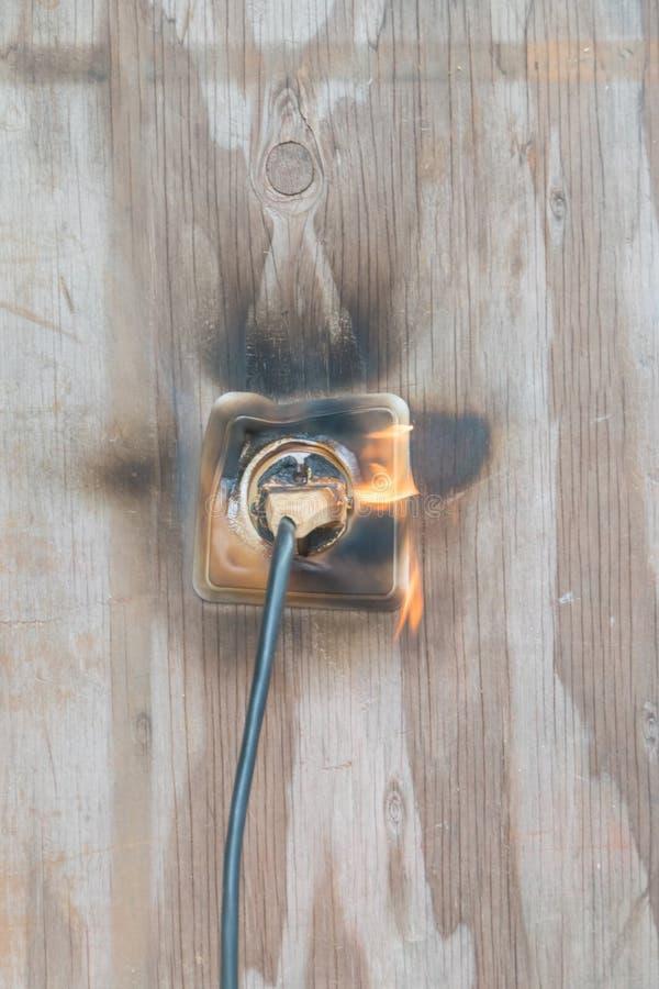 Fuego, alambre en fuego y humo foto de archivo libre de regalías