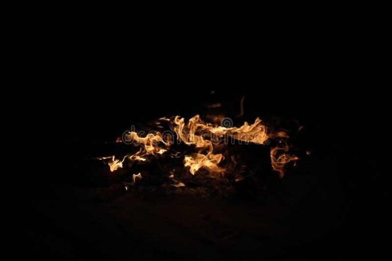 Fuego ardiendo en viaje del safari foto de archivo