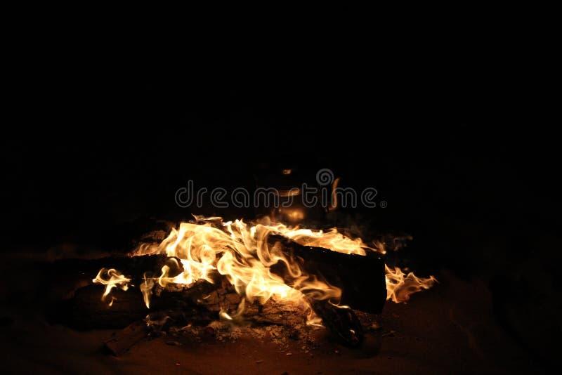 Fuego ardiendo en viaje del safari imagenes de archivo