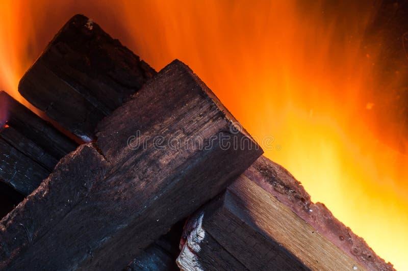 Fuego ardiendo, leña del roble en un horno compacto casero con la buena tracción para calentar una casa autónomo de otras con lar foto de archivo