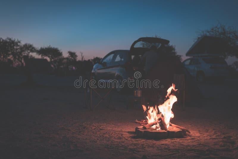 Fuego ardiente del campo en la oscuridad en el camping, Botswana, África Aventuras y exploración del verano en los parques nacion imagen de archivo libre de regalías
