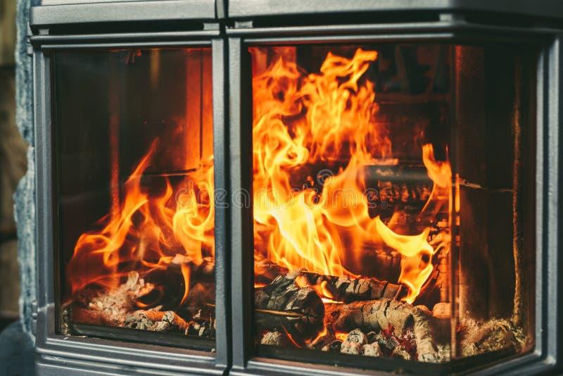 Fuego ardiente en chimenea foto de archivo
