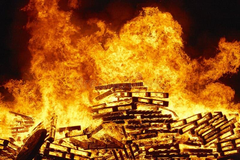 Fuego ardiente, hoguera Lucha contra el fuego, ignición de la llama alerta fotos de archivo