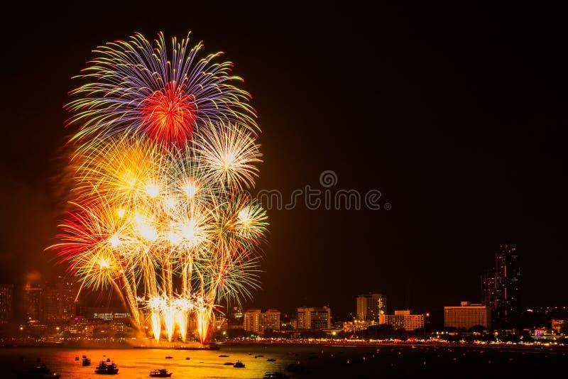 Fuego artificial colorido en el fondo de la opinión de la ciudad de la noche para la celebración imagen de archivo libre de regalías