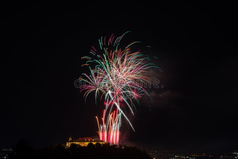 Fuego artificial colorido hermoso en la ciudad Brno en Spilberk foto de archivo
