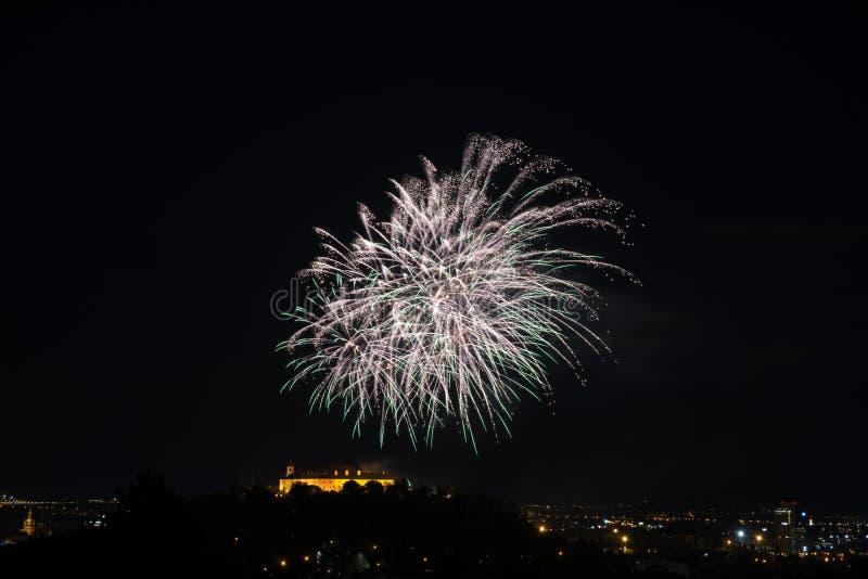 Fuego artificial colorido hermoso en la ciudad Brno en Spilberk foto de archivo libre de regalías