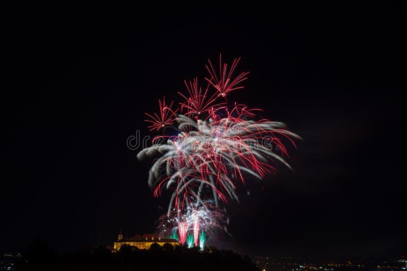 Fuego artificial colorido hermoso en la ciudad Brno en Spilberk imagen de archivo