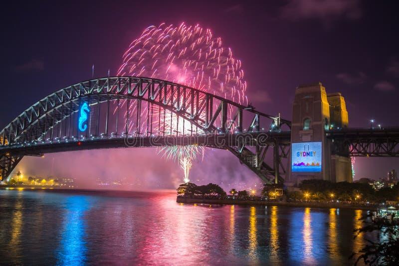 Fuego artificial de Sydney Harbour Bridge fotos de archivo