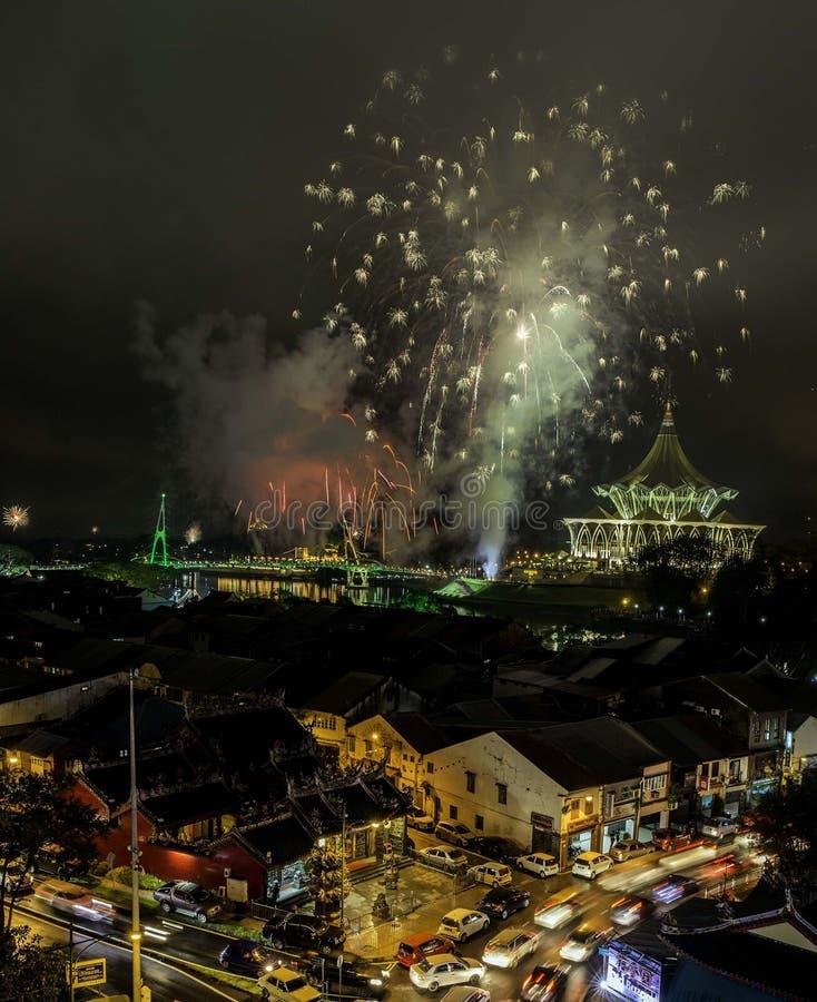 Fuego artificial durante el Año Nuevo 2018 fotos de archivo