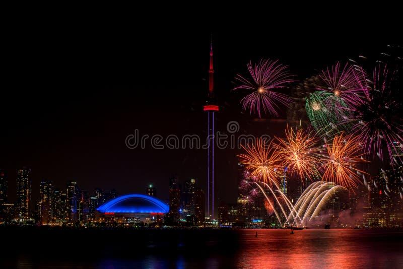Fuego artificial hermoso con la torre Canadá del NC foto de archivo