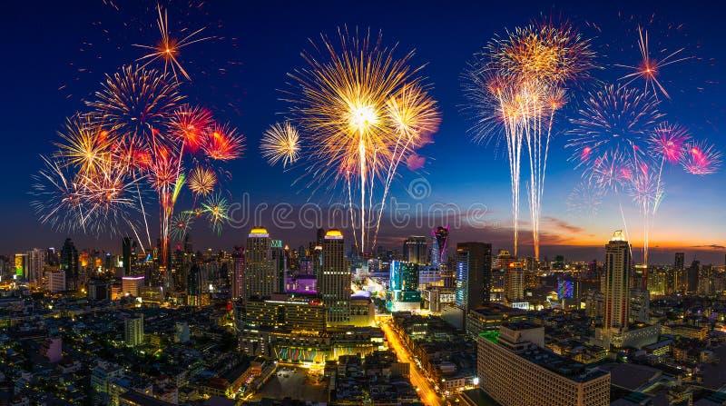 Fuego artificial hermoso en el evento del festival que estalla sobre el cityscap imagen de archivo