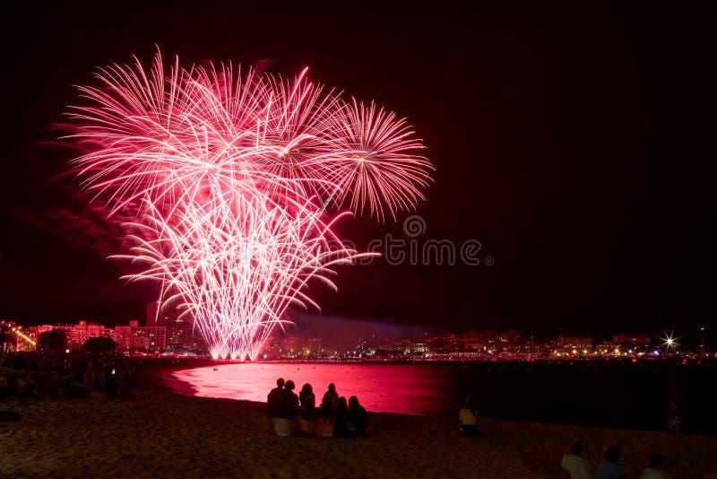 Fuego artificial hermoso en una pequeña ciudad española Palamos, día de celebrar la ciudad 06 26 2019 foto de archivo libre de regalías