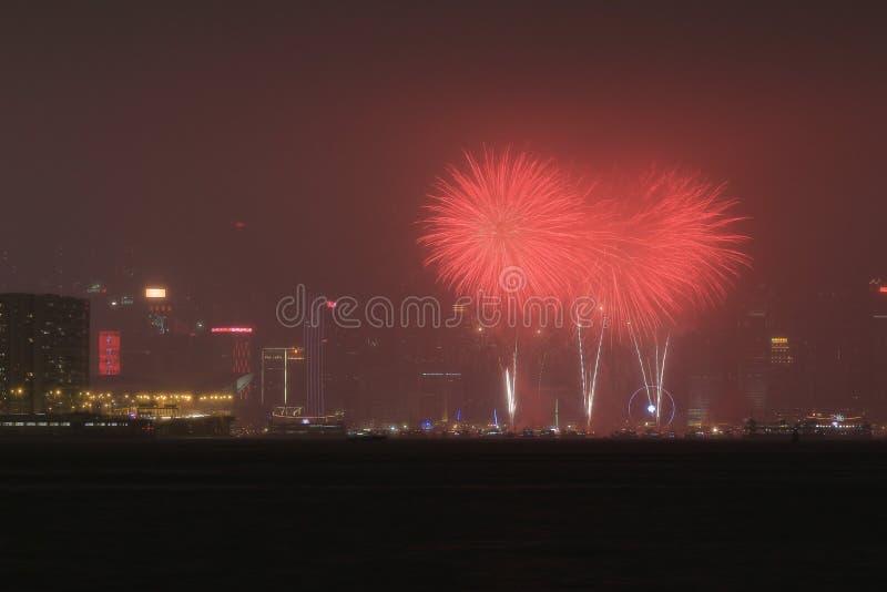 Fuego artificial hermoso en Victoria Harbor, Hong Kong imagen de archivo