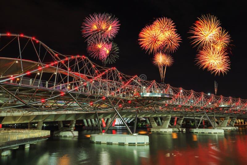 Fuego artificial hermoso sobre el puente de la hélice en Singapur imagen de archivo libre de regalías