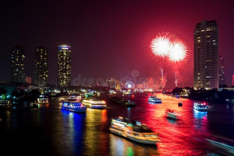 Fuego artificial hermoso sobre el río fotos de archivo
