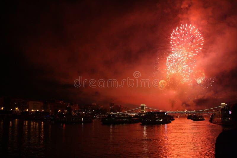 Fuego artificial rojo en el río Danubio fotos de archivo