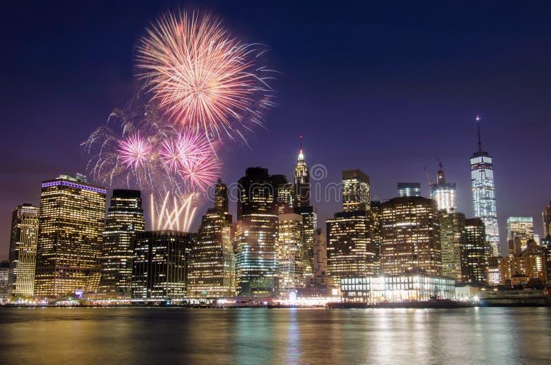 Fuego artificial sobre la isla de Manhattan, Nueva York fotografía de archivo