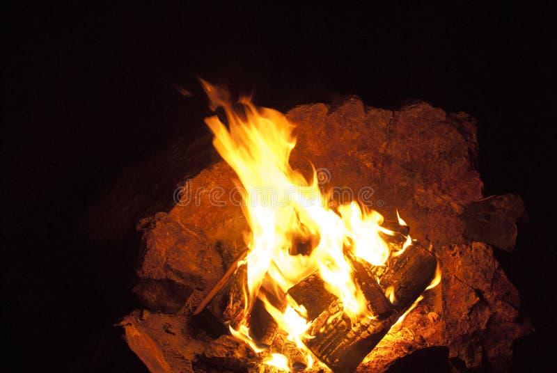 Fuego b?sico del campo del camping fotos de archivo libres de regalías