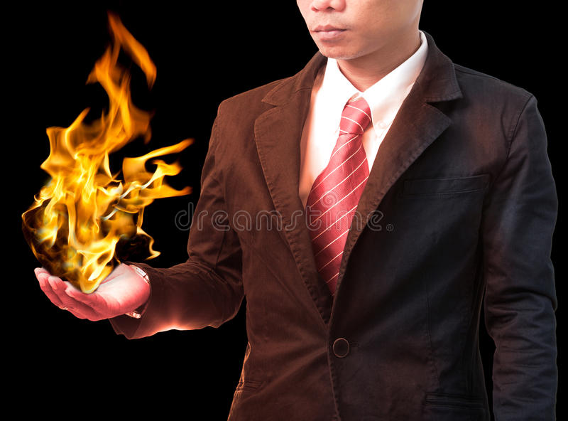 Fuego de explotación agrícola del hombre de negocios que flamea en la mano foto de archivo