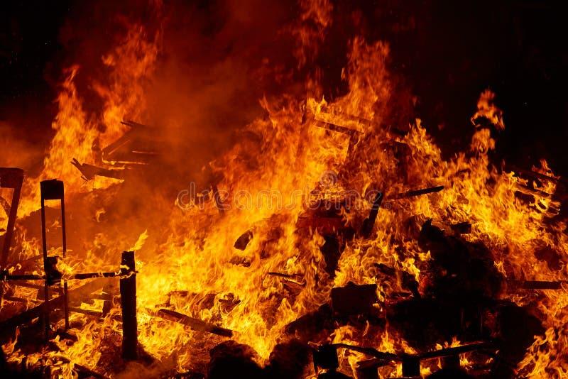 Fuego de Fallas que quema en el fest de Valencia en el 19 de marzo imágenes de archivo libres de regalías