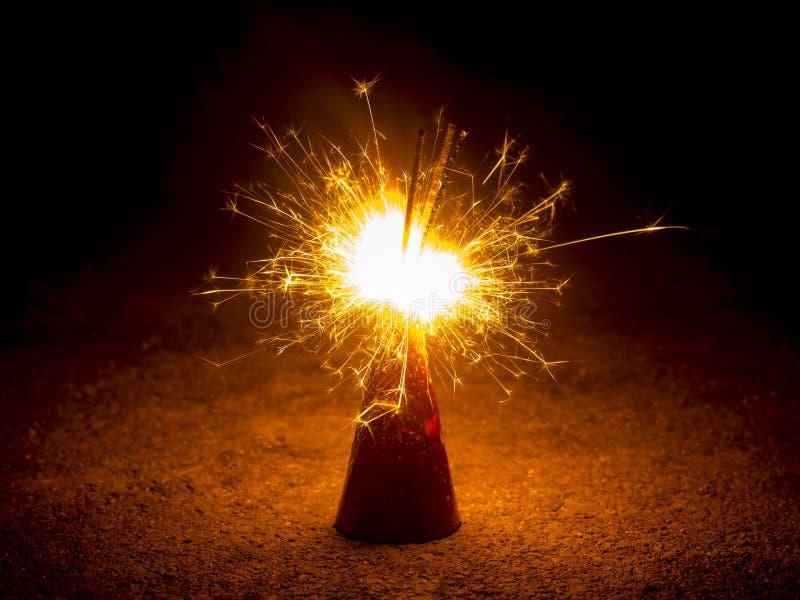 Fuego de la explosión de la galleta en negro fotografía de archivo