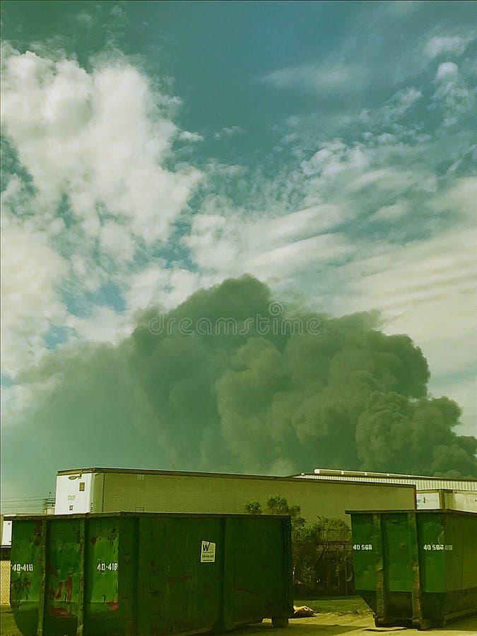 Fuego de la fábrica de productos químicos imagen de archivo libre de regalías