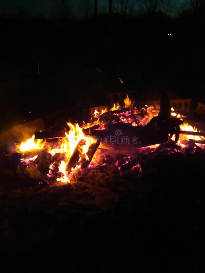 Fuego de la noche de verano fotografía de archivo libre de regalías