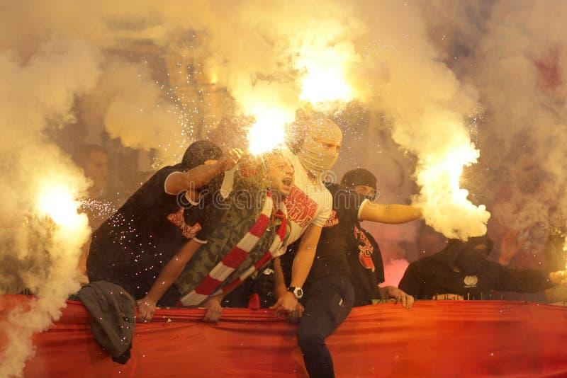 Fuego de los fanáticos del fútbol gamberros imágenes de archivo libres de regalías