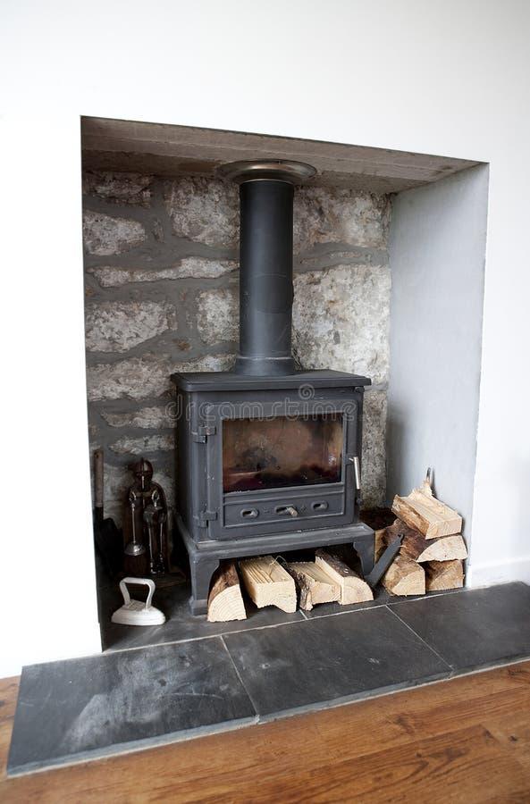 Fuego de madera de la estufa de la hornilla del registro de la hornilla. fotografía de archivo libre de regalías