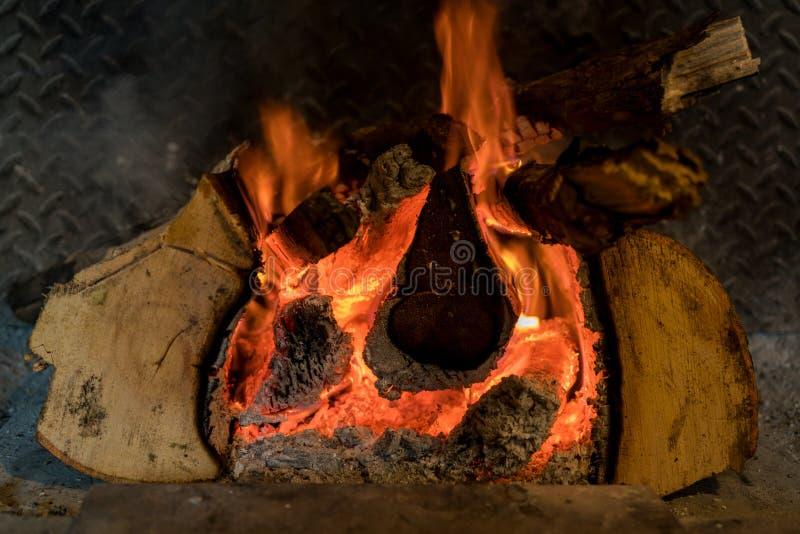 Fuego de registro que quema en un bar británico tradicional foto de archivo