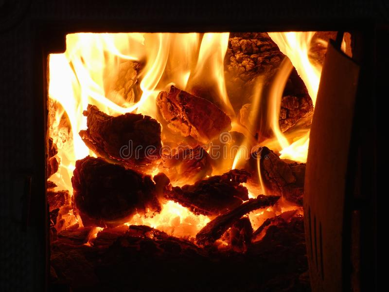 Fuego del carbón ardiente en estufa tejada fotos de archivo libres de regalías
