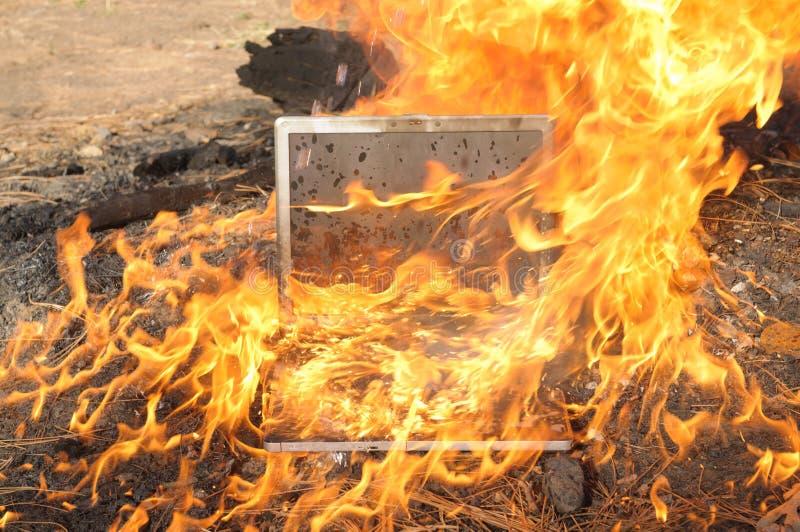 Fuego del ordenador portátil foto de archivo