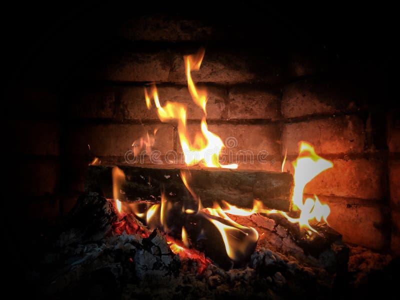 Fuego del primer en una chimenea fotos de archivo
