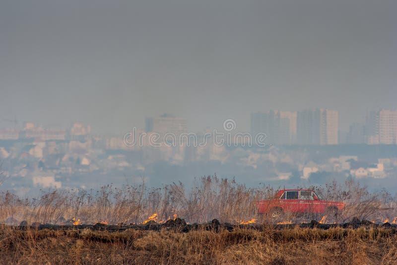 Fuego del principio en el fondo de la ciudad fotos de archivo