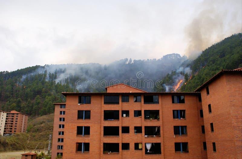 Fuego detrás del complejo de apartamentos imagenes de archivo